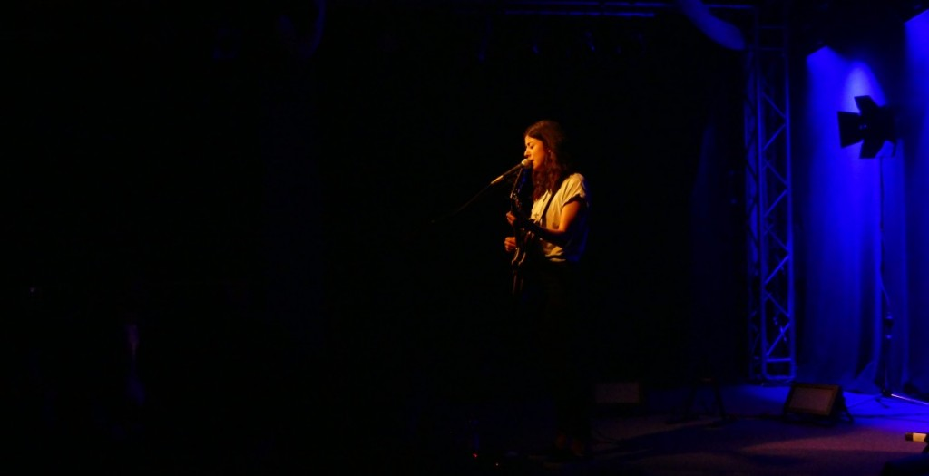 The Loneliness of a Long Distance Singer - Daniela Andrade auf der Bühne